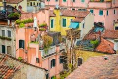 Vele huizen met betegelde daken Stock Foto's