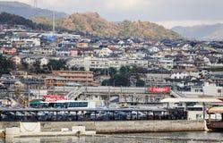 Vele huizen op de heuvel bij Miyajima-eiland, Hiroshima, Japan Royalty-vrije Stock Afbeeldingen