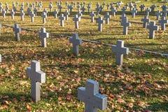 Vele identieke grijze kruisen in poetsmiddel militaire begraafplaats de herfst en zonsondergang van het leven strijd voor congreg royalty-vrije stock foto