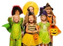 Vele jonge geitjes in Halloween-kostuums, jongens en meisjes stock afbeeldingen