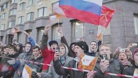 Vele jonge Russische nationale vlaggen van de jongensgolf in camera, glimlach Spruit op camera gebeurtenis publiek stock videobeelden