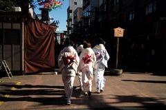 Vele jonge vrouwen dragen kimono, lopend in het het winkelen district o royalty-vrije stock fotografie