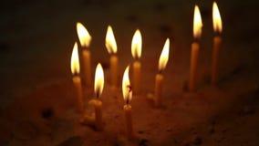 Vele kaarsen in de kerk op het zand stock footage