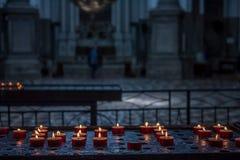 Vele kaarsen in donkere kerk Stock Afbeelding