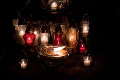 Vele kaarsen voor de doden mourning stock foto's