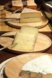 Vele Kaas met mes op houten dienblad voor diner bij restaurant Stock Afbeelding