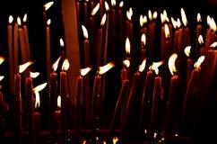Vele kerkkaarsen branden in dark De kaarsen in de Kerk van Heilig begraven in Jeruzalem stock afbeelding