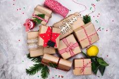 Vele Kerstmisgiften op steenachtergrond Hoogste mening Royalty-vrije Stock Fotografie