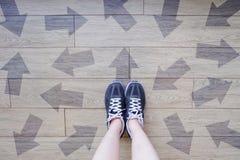 Vele Keuzen van de Richtingspijl Selfie van Loopschoenen met Getrokken Pijlen Vrouw Violet Sneakers met Besluiten betreffende Hou royalty-vrije stock fotografie