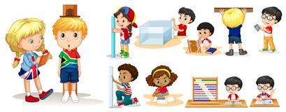 Vele kinderen die dingen met verschillende hulpmiddelen meten Stock Foto