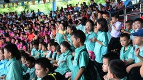 Vele kinderen die op de dolfijn wachten tonen op tribune in Bangkok, Thailand stock footage