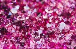 Vele kleine robijnrode diamantstenen, luxeachtergrond Stock Fotografie