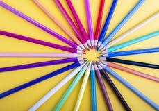 Vele kleurpotloden die een cirkel vormen stock foto