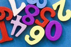 Vele kleurrijke aantallen op blauwe achtergrond gemakkelijk mathemanicsconcept royalty-vrije stock fotografie