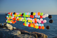Vele kleurrijke Ballons op kust Stock Foto