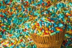 Vele kleurrijke geneesmiddelen verlopen in de mandpakket van het bamboeweefsel Stock Fotografie