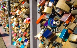 Vele kleurrijke gesloten sloten op de Brug van liefde in Helsinki, F stock afbeelding