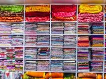 Vele kleurrijke kleren en dekens in de winkel, Kashmir, India stock foto