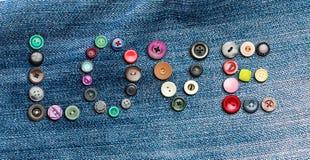 Vele kleurrijke knopen die het woord 'liefde' vormen Royalty-vrije Stock Afbeeldingen
