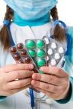 Vele kleurrijke pillen en tabletten in pakket, sluiten omhoog Vrouwelijke verpleegster in witte robe en madical masker, met stath stock foto's