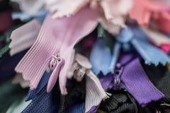 Vele kleurrijke ritssluitingen Royalty-vrije Stock Fotografie