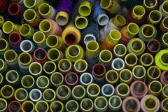 Vele kleurrijke spoelen van draad voor het naaien van achtergrond Stock Afbeeldingen