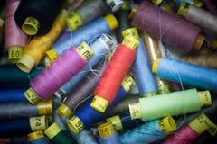 Vele kleurrijke spoelen van draad voor het naaien van achtergrond Royalty-vrije Stock Foto's