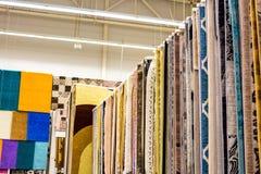 Vele kleurrijke tapijten in de opslag stock foto's
