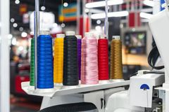 Vele kleurrijke van de katoenen opstelling spoeldraad bij het moderne en automatische geavanceerd technische naaien of borduurwer stock foto's