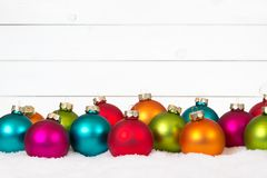 Vele kleurrijke van Kerstmisballen houten houten decoratie als achtergrond Stock Afbeeldingen