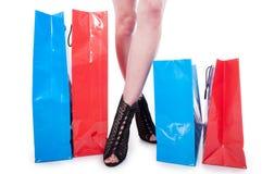 Vele kleurrijke zakken dichtbij benen van jonge vrouw royalty-vrije stock afbeelding