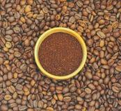 Vele koffiebonen zijn bruin en hebben een prettig aroma, op een houten plaat Achtergronden van koffiebonen zijn talrijk en geurig royalty-vrije stock afbeelding