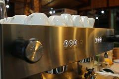 Vele koffiemokken worden geplaatst op de koffiemachine in de koffie Stock Foto