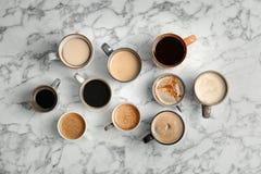 Vele koppen van verschillende aromatische hete koffie royalty-vrije stock afbeeldingen