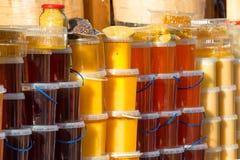 Vele kruiken met honing Royalty-vrije Stock Afbeelding