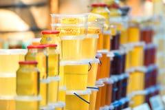 Vele kruiken met honing Stock Fotografie