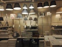 Vele lampen en lantaarns voor verkoop in supermaket stock afbeeldingen