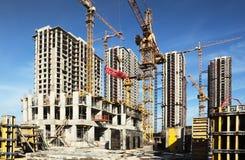 Vele lange gebouwen in aanbouw en kranen Stock Foto