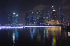 Vele lantaarns op Marina Bay, met iconische moderne skyli van de stad Royalty-vrije Stock Afbeeldingen