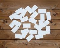 Vele lege adreskaartjes op houten lijst Royalty-vrije Stock Fotografie