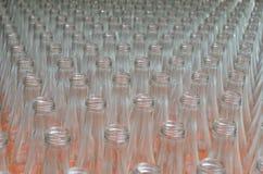 Vele lege doorzichtige flessen op een rij zijn perspectief Royalty-vrije Stock Afbeeldingen