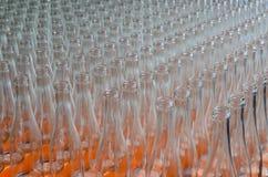 Vele lege doorzichtige flessen op een rij zijn perspectief Stock Foto