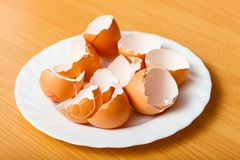 Vele lege gebarsten eierschalen Stock Foto
