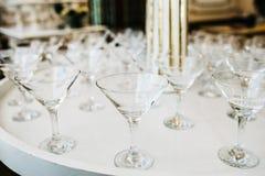 Vele lege glazen voor een wijn die in de bar drogen Sluit omhoog foto stock foto's