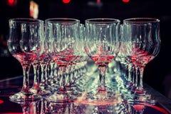 Vele lege lege wijnglazen Stock Afbeelding