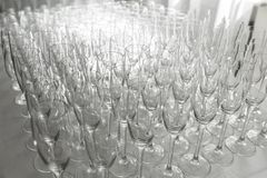 Vele lege schone glazen voor gasten bij de lijst van het buffet feestelijke huwelijk stock foto