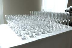 Vele lege schone glazen voor gasten bij de lijst van het buffet feestelijke huwelijk royalty-vrije stock fotografie