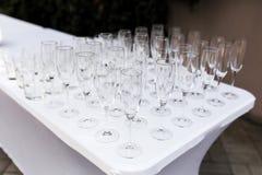 Vele lege schone glazen voor gasten bij de lijst van het buffet feestelijke huwelijk stock fotografie