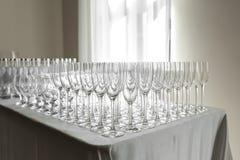 Vele lege schone glazen voor gasten bij de lijst van het buffet feestelijke huwelijk stock afbeelding