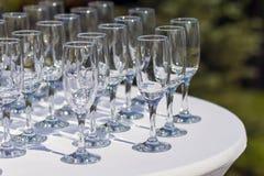 Vele lege wijnstokglazen op witte lijst Royalty-vrije Stock Foto's